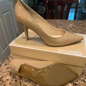 Michael Kors Natural Patent Leather pump